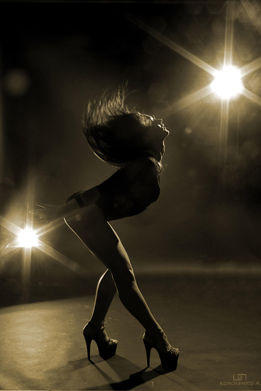 Картинка девушки танцующей