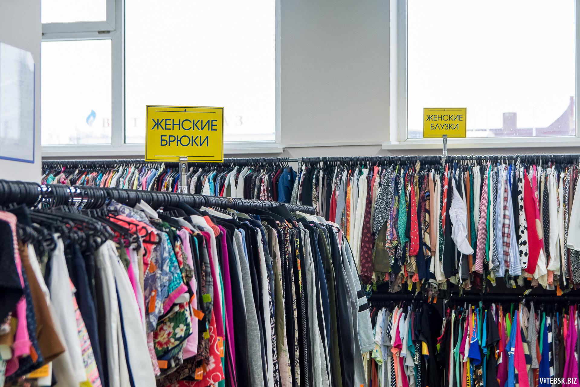 как правильно развешивать одежду в магазине фото
